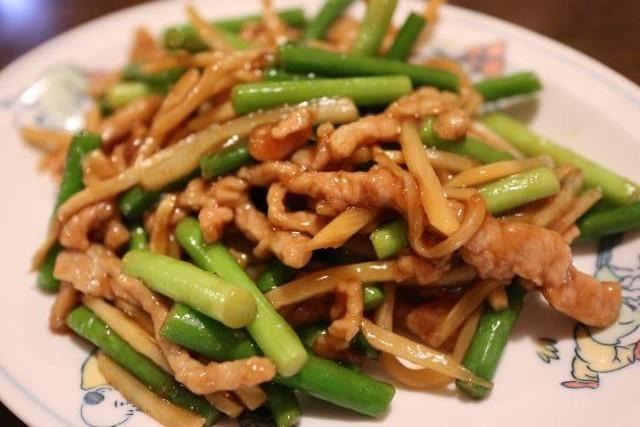 皇庭餃子房の豚肉細切りニンニクの芽炒め