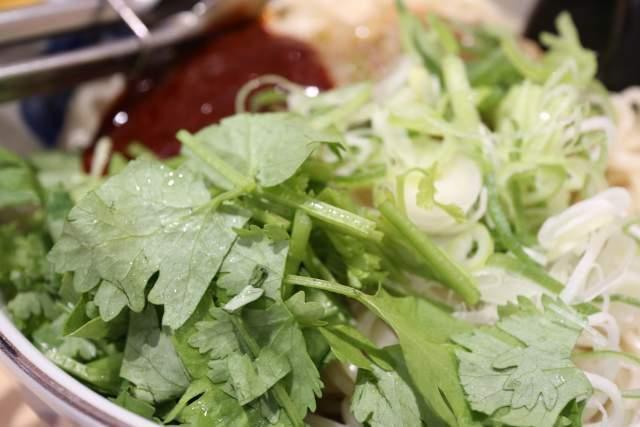 三商巧福の麻辣大乾麺のパクチー