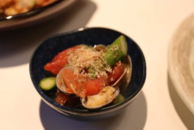 フジタカ食堂のアサリとアスパラとトマト煮びたし